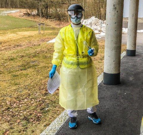 De som kommer for å bli testet ved legevakta i Tønsberg blir møtt av en lege og sykepleier i fullt smitevernutstyr.