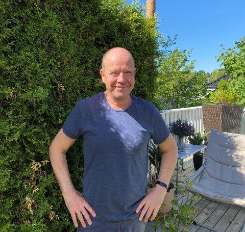 Hedøl i hjertet: Osvald Fossholm, styreleder i foreninga Hedalen Kulturforum, som står bak Hedalen Kulturfestival, heime i hagen i Oslo. Sjela la han imidlertid igjen i Hedalen da han flytta, hevder han.