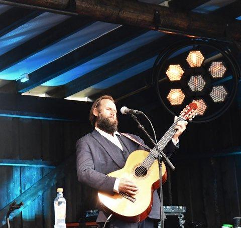 BARYTONROCK: Stein Torleif Bjella har vanligvis med seg to-tre gitarer når han opptrer alene. Her spiller han på en klassisk barytongitar som han verdsetter høyt.