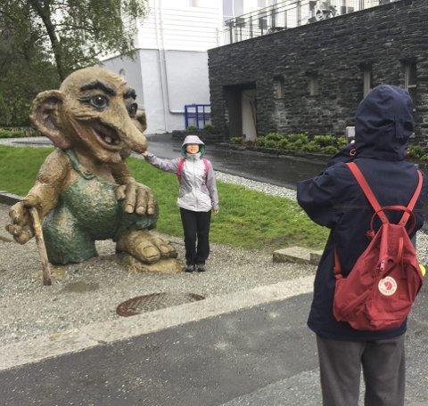 – Interessant: Qi Wenya (i bakgrunnen) nøler ved spørsmålet om trollet er pent. – Det er ... interessant, sier hun. Chen Luoyao tar bilder.