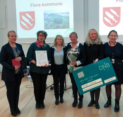 Prismottakelse: Hilde solheim og Viviann Nekkøy representerer etikkrettleiarane og Leni Klakegg fagansvarlig etikk og Ragnhild Holm p/o sjef