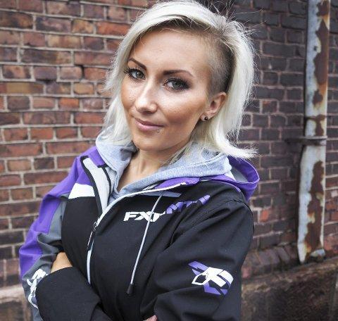 Maria Sandberg fra Evenes skal delta på sitt første freestyle-show med snøscooter i Norge.