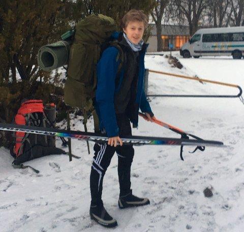TURKLAR: Her står Nikolai Kynningsrud ferdig pakket i Sarpsborg mandag morgen. Noen timer senere måtte han og resten av elevene og lærerne grave seg ned i snøen på fjellet og vente på redningsmannskaper.