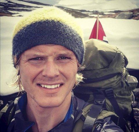 Ut på tur: Nils Vetle har som mål å nå heilt nord i Noreg innan 17. mai. Han er glad for at han har gode sjefar i Fonna Elektro, som let han ta fri til å gå den lange turen frå heilt sør i Noreg.foto: Privat