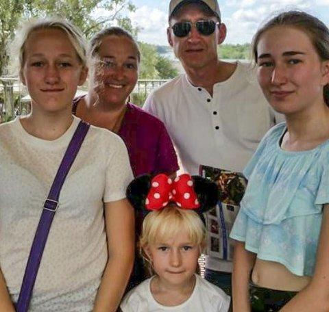EVAKUERT: Familien Paal og Therese Preuss og deres tre jenter Amy (f.v.), Ally og Ada har reist fra orkanområdet i Florida. Foto: Privat