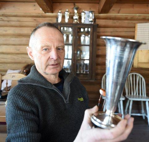 TOK SISTE STIKK: Jondalsskytteren Trond Bergan med vandrepokalen fra Rådestevnet, som han tok til odel og eie i kamp med Skytterdronninger og Konger. FOTO: OLE JOHN HOSTVEDT
