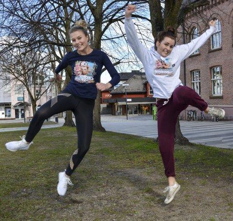 IKKE NO' TULL MED «NONSENS»: Sara Andrassy Corneliussen (til venstre) og Vilde Wirum er to av 25 venninner som gleder seg til russetiden på mossebussen «Nonsens».