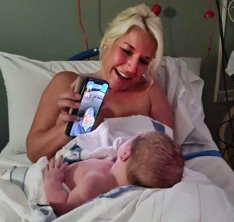 Dennis Bernhardsson fulgte sønnens fødsel fra parkeringsplassen utenfor sykehuset. På bildet har mor Lolitha Rödengen akkurat fått barnet etter fødselen.