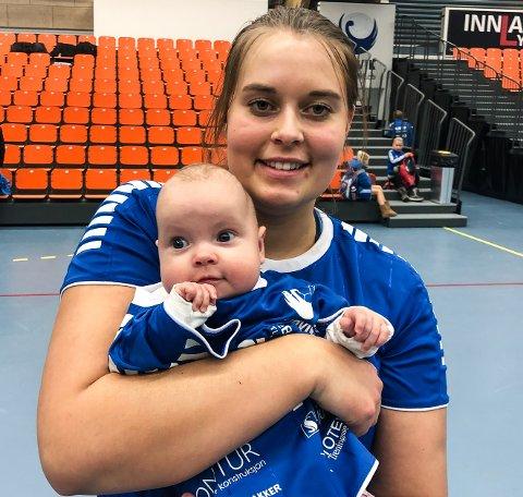 Lisa Sydbøge med lille Sofia - korrekt antrukket for anledningen - etter søndagens kamp mot Storhamar 2.