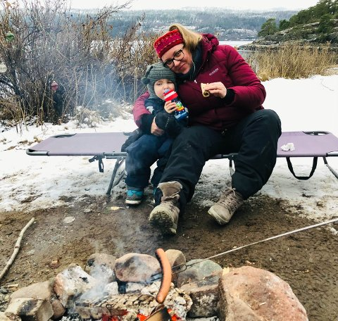 JUL PÅ STRANDA: I romjula traff Kjersti Martinsen barnebarnet Daniel (4) og datteren Ingvil Hasås Martinsen på stranda med koronavennlig avstand. Det har ikke blitt mange treff det siste året.