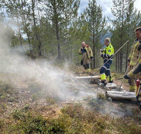 SLØKKING: Mannskap frå Sogn brann og redning i aksjon på brannstaden på Kaupangerholten.