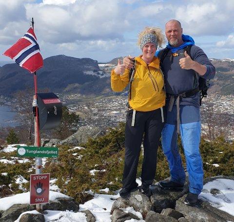 SISTE TOPP: Nina Ravndal Holta og Tom Harald Holta i sola på den sjuande toppen – Tunglandsfjellet. Dei møtte mykje forskjellig vêr på sjunutsturen over Jørpeland.