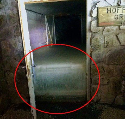 SOLID IS: De lå 70-80 centimeter med is på bakken da de ansatte åpnet døra til gruvene. Vanligvis er det plussgrader inne i gruvene hele året. Foto: Gøran Moen, Vest-Telemark museum