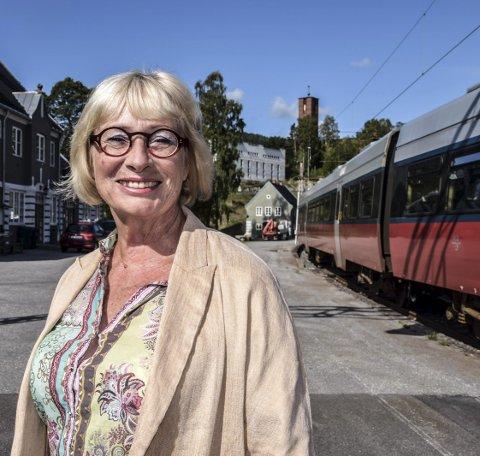 Gir seg ikke: – Vi må jobbe målretta for trafikk på Tinnosbanen, mener Lise Wiik som smilte da Hareide sommeren 2020 tok ansvaret for Tinnosbanen innover seg.  Nå er hun skuffet og mektig irritert over at statsråden ikke holder ord. (Arkivfoto)
