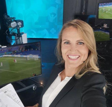 PÅ JOBB: Melissa Wiik-Kovács gjør seg klar til enda en kamp i NRKs EM-studio.