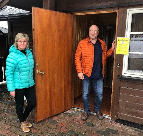 Enhetsleder Aud Bakken og kommuneoverlege Tor Inge Kristianslund i døra til den nye poliklinikken.