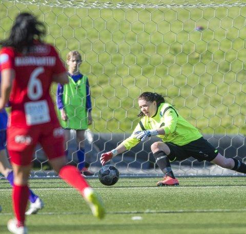 Hilde Vebenstad sto, syv mål til tross, en meget god kamp mot Avaldsnes. Det ble som ventet en hektisk dag på jobben. Foto: Astrid M. Nordhaug/Digitalsport