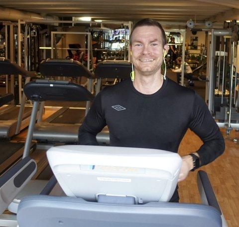 Kim Henrichsen (35) svetter på tredemøllen. Barnehagepedagogen er en ivrig gjest på Aktiv 365 på Paradis der du finner treningssenter, tennishall og spa. Men noen snobb er han ikke. FOTO: EIVIND A. PETTERSEN