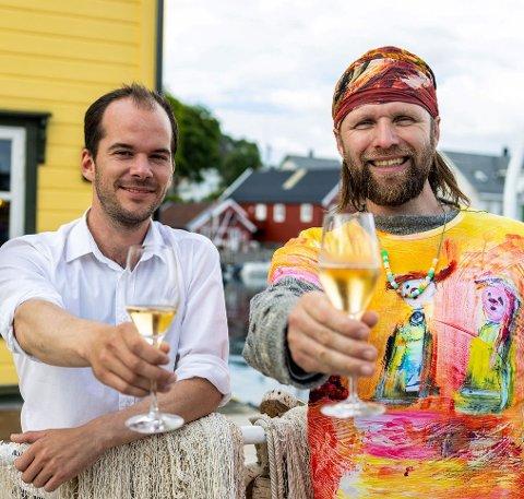 VEL FRAMME: Torsdag kveld var Aune Sand på plass hos Jan Fredrik Fosse på Knutholmen. Og uansett kor hektisk det er å førebu kunstutstilling: Det er alltid tid til Champagne.
