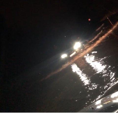 I denne skjermdumpen fra videoen Adolfsen tok fra stedet, kan man se en bil prøve lykken gjennom vannmassen.