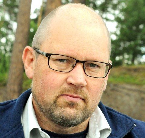 ULV OG BJØRN: Ole Knut Steinset i Statens naturoppsyn. Foto: Vidar Heitkøtter