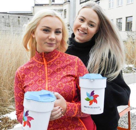 KREFTAKSJON: Mandag ettermiddag oppsøker 100 bøssebærere haldenserne for å samle inn penger til kreftforeningen. Her ser du aksjonslederne Nora Vatvedt (tv) og Emilie Johansen.