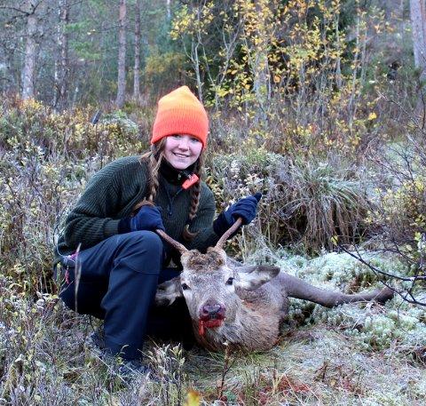 JEGERJENTE: Solveig Grønset driver tatoveringsstudio i Lillestrøm og jakter på det meste. Her har hun akkurat felt en hjort