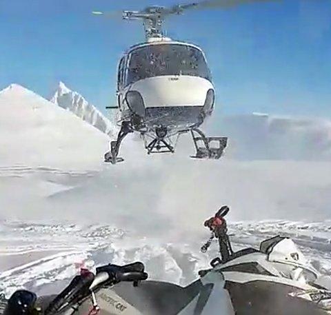 SKAPTE REAKSJONER: Snøscooter-førerne reagerte kraftig på denne landingen, rett ved dem, i Nordkjosbotn-området tidlig i april. Luftfartstilsynet har konkludert med at landingen ikke var i strid med luftfartsbestemmelsene. Foto: Håkon Haug Enga
