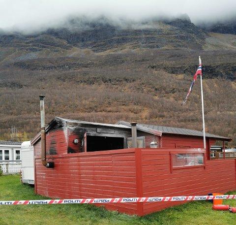 BRANN: Grillbua og spikerteltet sto i fyr og flamme søndag morgen. Brannen ble slokket av andre beboere på Caravanpark Slettnes.