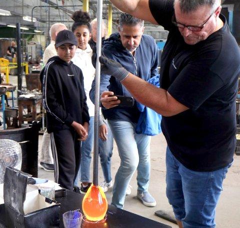 LAGDE FAT: På Hadeland Glassverk fikk kulturministeren besøke Glasshytta hvor han designer og lagde sitt eget fat sammen med barna. Han oppfordrer det norske folk til å få med seg kulturen i landet i sommer.