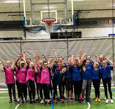 GODE VENNER: Hønefoss og Viks jentelag stiller opp sammen etter siste kamp. De er gode venner etter et intenst møte. Hønefoss spilte i rosa drakter, og Vik i blått.