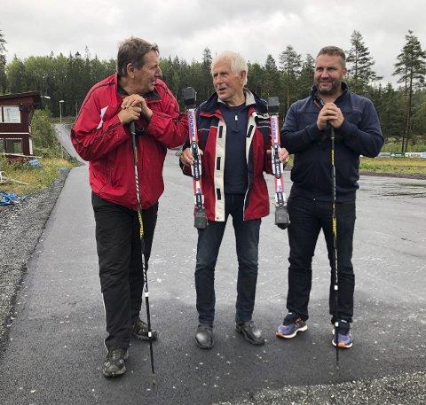 FÅR IKKE BRUKT ANLEGGET: Kjølen Sportcenter på riksgrensa kan for tiden kun brukes av norske løpere. Svenskene får ikke krysse grensen. Det også til tross for at både lysløypa og rulleskiløypa går inn på svensk territorium. For ildjelene Thore Berglund (f.v.), Nils Skogstad og Steve Olsson er det trist. De ønsker mest mulig aktivitet på Kjølen Sportcenter.