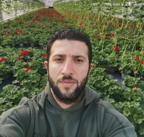 SENDT TIL SYKEHUS: Ahmad Mohammad Munzer Bani-Almarjeh slokket brannen som oppsto i Vikans gartneri torsdag morgen. Han ble sendt til legevakt, deretter Sykehuset Levanger, etter å ha inhalert røyk.