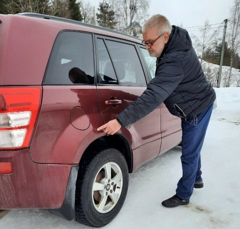 UHELDIG BILIST: Jan Terje Husets Suzuki bærer preg av et ublidt møte med brøytebil.