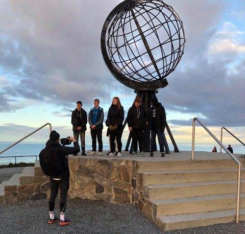 Her er skuespillerne på Nordkapp, sammen med regissør Magnus Kristiansen.