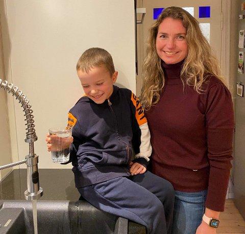 MÅ KOKE VANNET: Isak og Katja må fortsette å koke vannet framover.