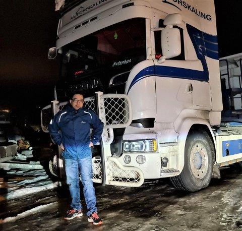 LIDENSKAP: Joakim Valskår har alltid vore opptatt av lastebilar og annan tungtransport: – Det har vore med meg sidan barndommen, seier han.