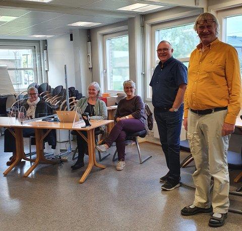 VALG: Denne gjengen er klar for å ta imot og veilede de som skal avgi sin stemme i dagens stortingsvalg ved Inderøy rådhus. F.v. Marit Røli, Jorunn By, Elisabeth Bach, Arild Vist og Yngve Skaara.