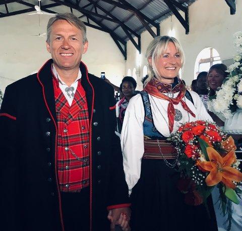 GLADE: Dagfinn Rognerud og Torunn Samset giftet seg i Uganda 6. juli 2019. De er svært fornøyde med hvordan dagen ble, og forteller at alle pengegavene skal gå til de fattige i landsbyen.