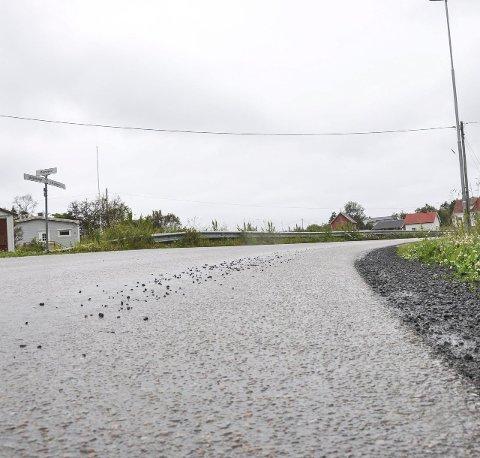GRUS: Første sving etter 60-sonen i Stamsund; her lå det torsdag noe grus. Men mye mindre enn i mange svinger langs Valbergveien. Vær obs! Foto: Lise Fagerbakk