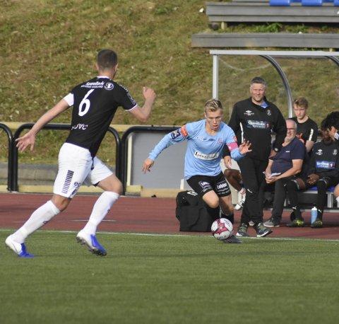 HÆRFØRER: Leknes-kaptein Vegard Møller førte blåtrøyene fram til 3-0 seier over Røst i NM-kvaliken, og signerte selv ett av målene. Arkivfoto: Eirik Eidissen