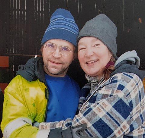 BIDRAG: De opplever at mange gir bidrag for at de skal kunne beholde gården som først ble rammet av byllesykesmitte, så av korona. Her Uwe og Bente Michelsen på gården i Lakselvdalen i Balsfjord.