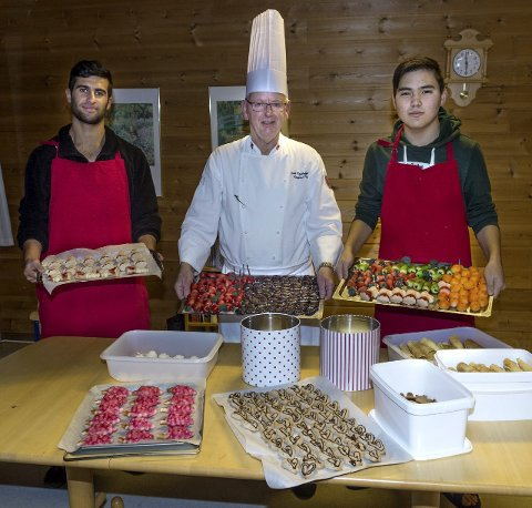 Julebakst: Erik Kristoffersen sammen med sine to gode hjelpere på Starum flyktningemottak,  Ayar (t.v.) og Mohammad.