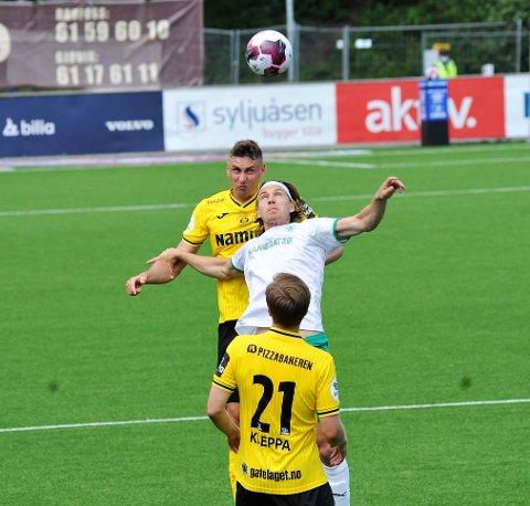 AKTUELL: Marius Alm i duell med Jonas Enkerud da Raufoss slo HamKam 2-1 i vår. Nå kan de havne i samme klubb.