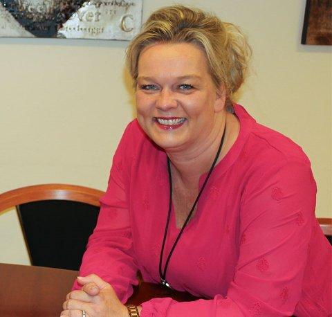 GLEDER SEG: Rektor Cathrine Sandsmark ved Ski ungdomsskole gleder seg til å høre lyder og se elever og ansatte igjen på skolen.
