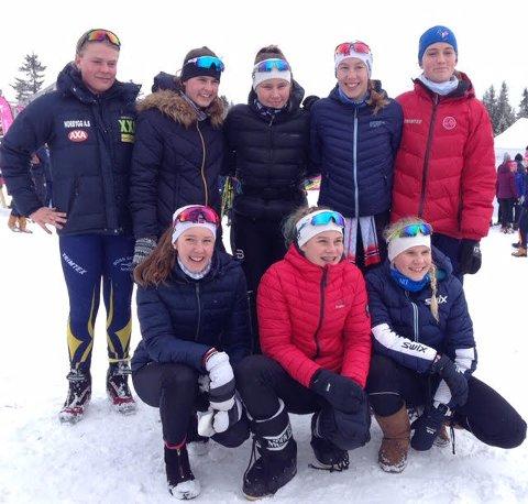 LOKALE LØPERE: Det var flere lokale løpere på Østfolds sammensatte jentelag: Sofie Sulusnes, Nora Bråten (bak nummr tre og fire fra venstre), Elise F Simonsen og Mina Jakobsen (foran nummer to og tre fra venstre).