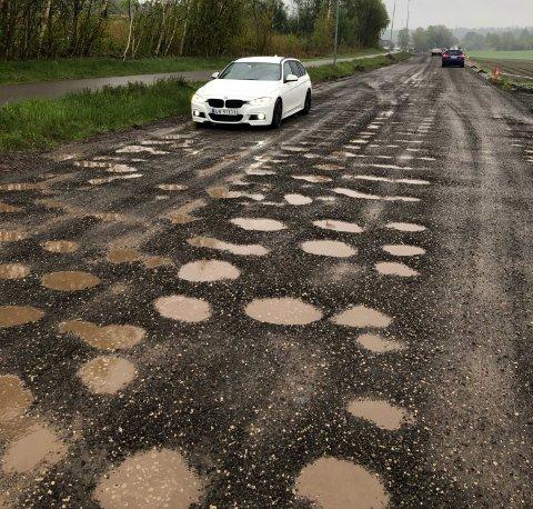 HULL: Kjøreforholdene er elendige på fylkesvei 311 i Slagen.
