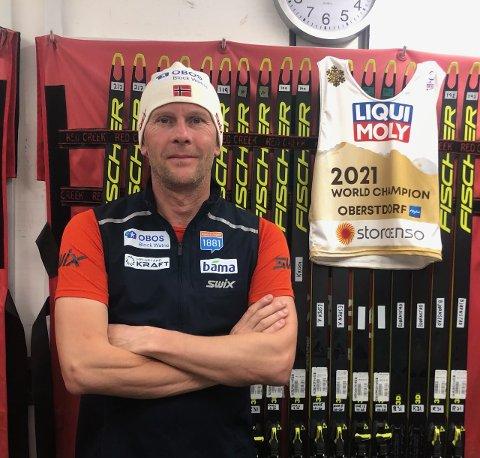 SMØRER GULLSKIENE: Øystein Ramdal bidrar til norsk VM-suksess i Oberstdorf.