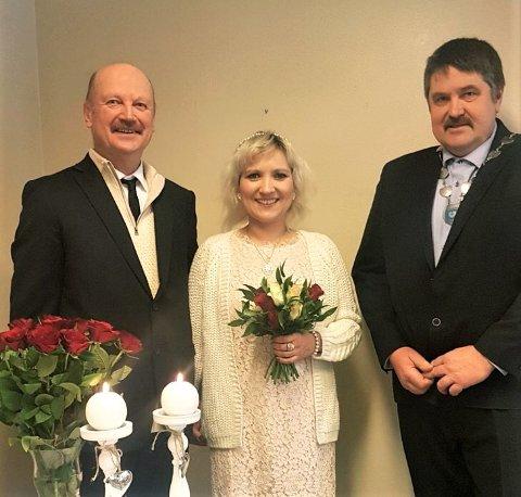 GAMLE KJENTE: Da ordfører Haldor Ødegård (Sp) viet sitt første brudepar i helga, var brudgommen tilfeldigvis en gammel kjenning. Det var Jon Egil Rud, som giftet seg med sin Elvira (Mathisen Rud).