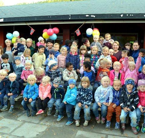GLEDER SEG TIL GJENSYN: Styrer i Fagernes barnehage, Inger Marie Gigstad Bergene (helt oppe til venstre bakerst) sier det blir godt for barna å komme i barnehagen igjen. Her fra feiringen av at barnehagen fylte 40 år.